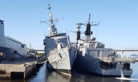 Foto: O fregată braziliană, în pericol de răsturnare