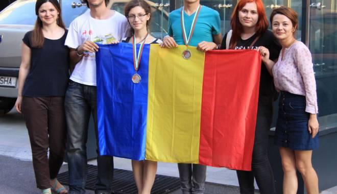 Foto: Două medalii de argint la Olimpiada Internaţională de Lingvistică