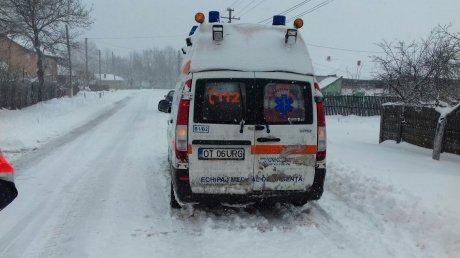 Foto: Ambulanţă plecată în misiune, rămasă blocată <br>