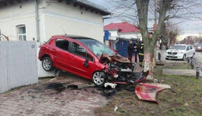 Foto: Accident spectaculos / Cum a ajuns un şofer cu maşina suspendată între o casă şi un copac