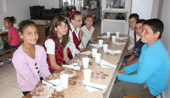 Foto: Masă caldă la prânz, pentru preşcolari  şi elevi
