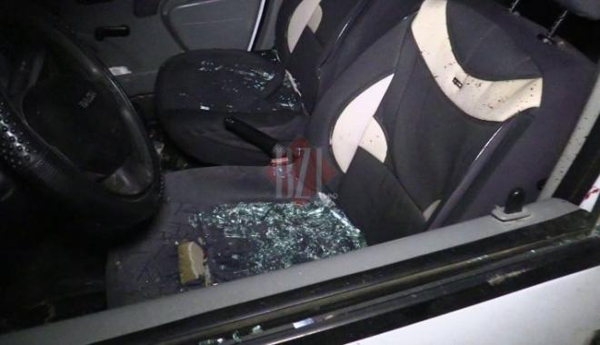 Foto: Atac violent asupra polițiștilor, o mașină vandalizată, agresori răniți și arestați