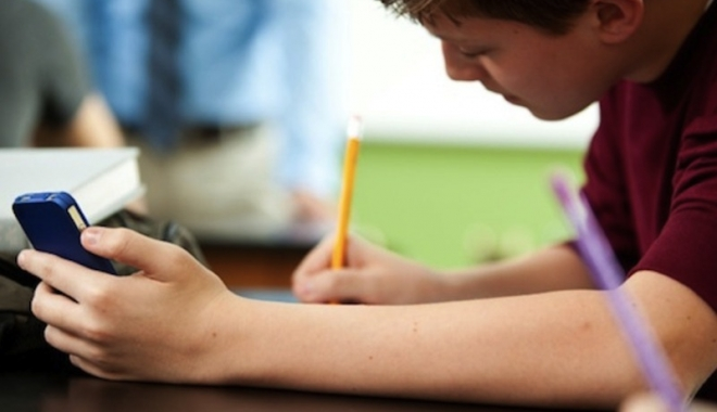 Foto: Liviu Pop: Nici profesorii şi nici elevii nu trebuie să folosească telefonul la ore