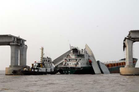 Foto: O navă a avariat grav podul pe care trecea o autostradă