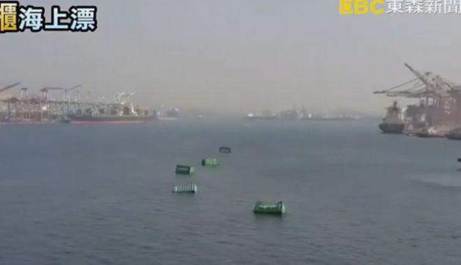 Foto: O navă a pierdut 13 containere în apele mării