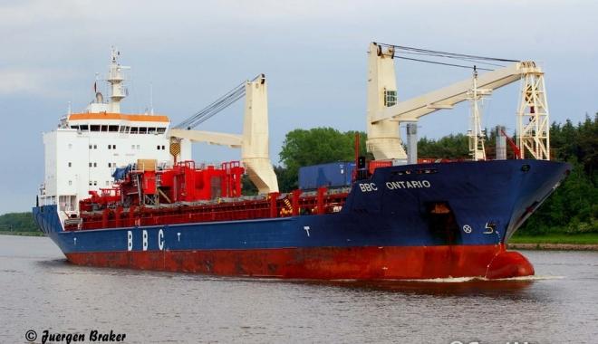 Foto: O navă a pierdut aripi de turbine eoliene în mare
