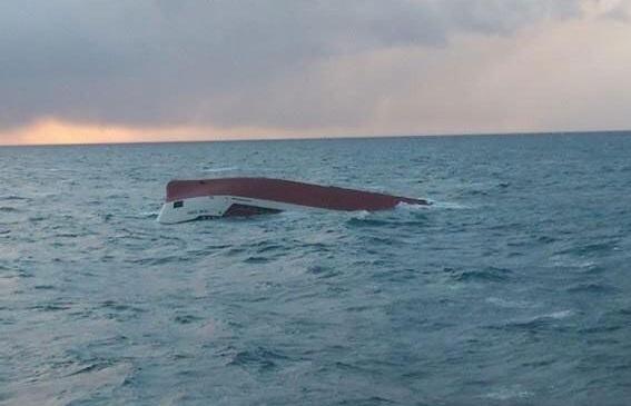 Foto: O navă chineză s-a scufundat după ce a lovit un recif