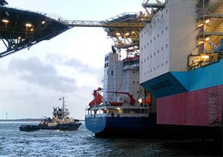 Foto: O navă a intrat în coliziune cu o platformă petrolieră