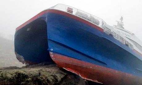 Foto: O navă cu 163 de pasageri a eșuat pe pietre! 6 răniţi, transportaţi la spital
