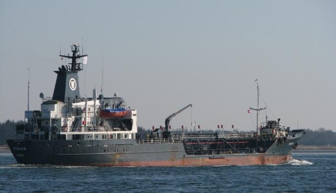 Foto: O navă cu 2.500 de tone de combustibil s-a scufundat la Pireu