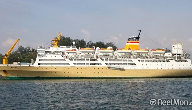 Foto: O navă cu 714 pasageri la bord a eşuat
