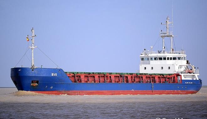 Foto: O navă cu sare a eşuat în estuarul râului Elba