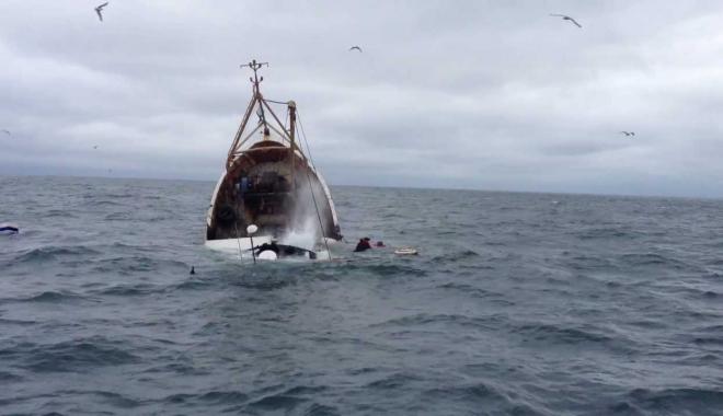 Foto: O navă de pescuit s-a scufundat în urma unei coliziuni. Un marinar a murit