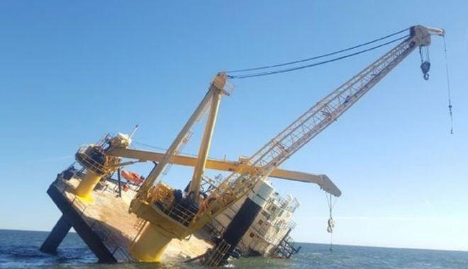 Foto: O navă offshore s-a înclinat periculos; echipajul a fost salvat
