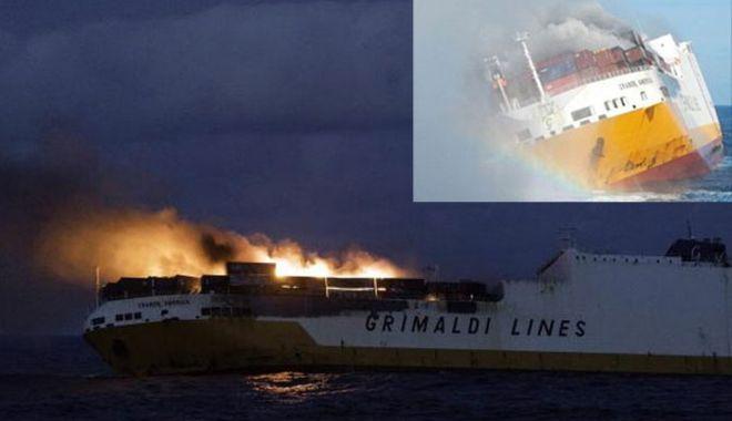 Foto: O navă ro-ro cuprinsă de flăcări s-a scufundat