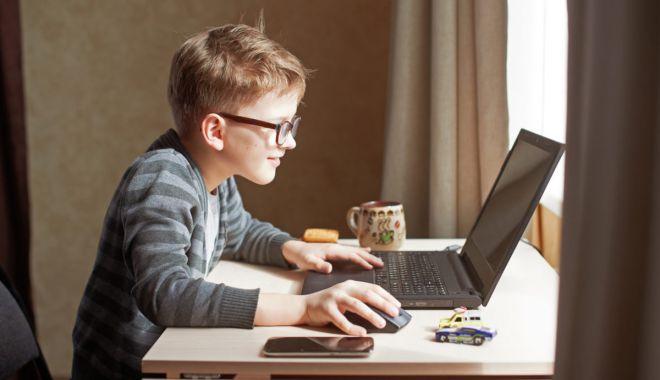 Foto: 900.000 de elevi absenți de la ore pentru că nu au laptopuri sau tablete. Lista acestora a ajuns la MEC
