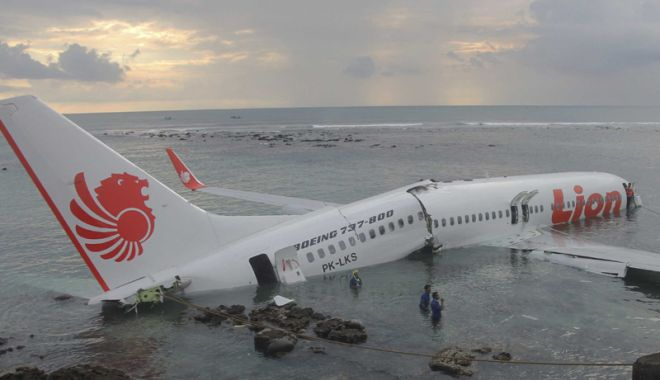 Foto: O nouă tragedie: avion low-cost  cu 189 de pasageri prăbuşit în mare