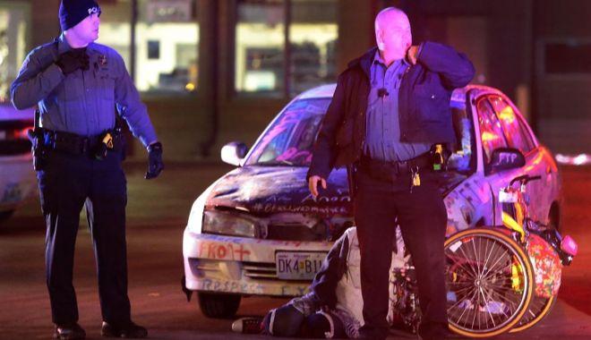 Foto: Video/Imagini șocante în SUA. Polițiștii scot cu forța doi tineri pașnici dintr-o mașină și îi electrocutează