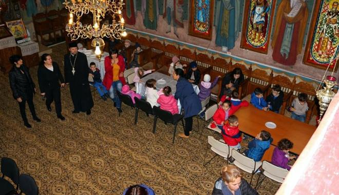 Foto: Ora de pictură… în biserică