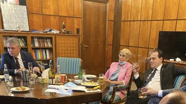 Premierul Ludovic Orban, amendat cu 3.000 de lei pentru nepurtarea măștii și fumat în spații închise - orban-1590849435.jpg