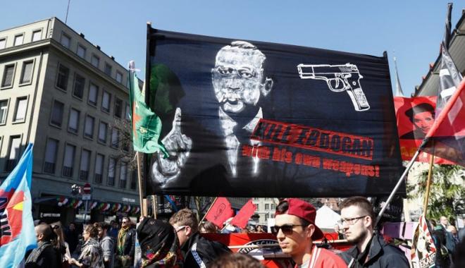 Foto: Organizatorii  unei manifestaţii anti-Erdogan,  scoşi de sub acuzare
