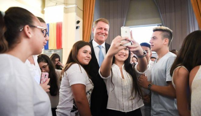 """Foto: Iohannis, la deschiderea anului şcolar: Reformele în educaţie au stat mai mult sub semnul """"un pas înainte, doi înapoi"""""""