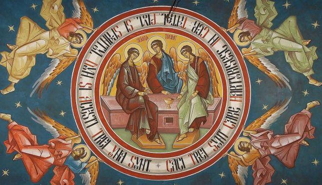 Foto: Sărbătoare religioasă. Ortodocșii se pregătesc de Sfânta Treime