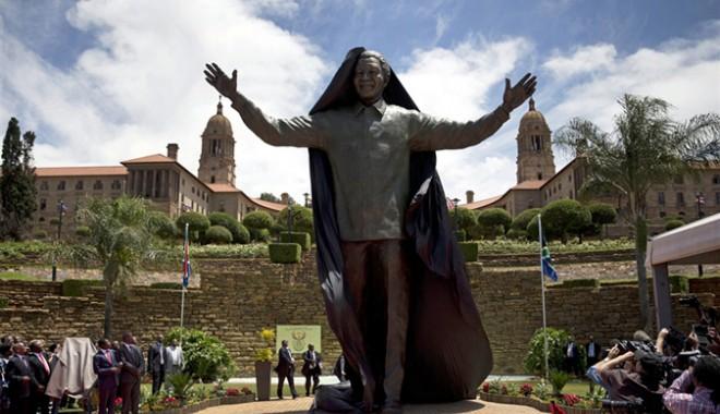 Foto: O statuie gigantică a lui Nelson Mandela, inaugurată la sediul preşedinţiei sud-africane