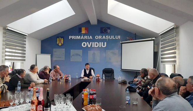 Foto: Primarul George Scupra, alături de seniorii din Ovidiu