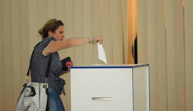 """Foto: Universitatea """"Ovidius"""" / Prezenţă ruşinoasă la referendum"""