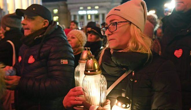 Foto: Polonezii aduc un omagiu primarului din Gdansk, ucis la un eveniment de caritate