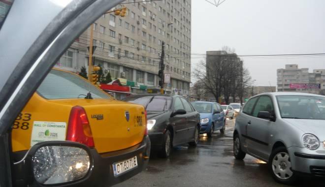 Foto: Atenţie, şoferi! Trafic îngreunat pe strada Mircea cel Bătrân