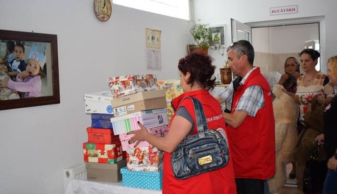 Foto: Familiile nevoiaşe  au primit pachete de la Crucea Roşie