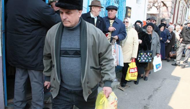 Foto: Prim�ria N�vodari ofer� pachete cu ocazia Sfintei Cuvioas� Parascheva