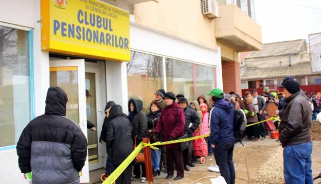 Foto: Distribuirea pachetelor pentru pensionari este incertă. Elevii vor primi însă, cadouri