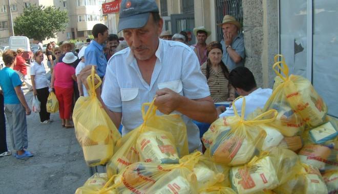 Foto: La Mangalia, începe distribuirea pachetelor alimentare pentru cei cu venituri mici