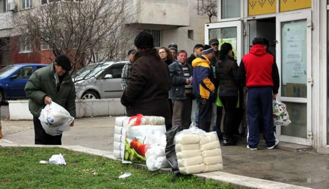 Foto: Se dau ajutoarele de la Uniunea Europeană, la Constanţa. De unde puteţi ridica pachetele