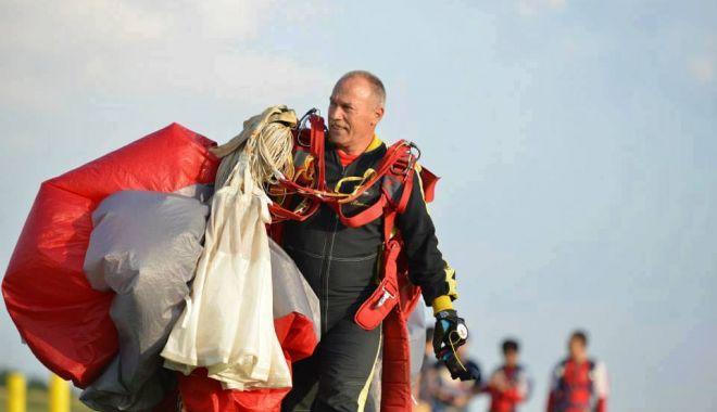 """Foto: A pregătit paraşutiştii din TRUPELE SPECIALE. """"Omul-pasăre"""", peste 10.000 de salturi la activ"""