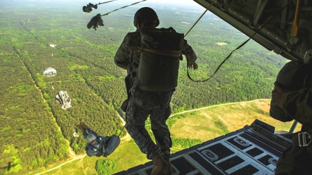 Paraşutist american, rănit în misiune, la Buzău. Colegii l-au găsit într-un lan de porumb