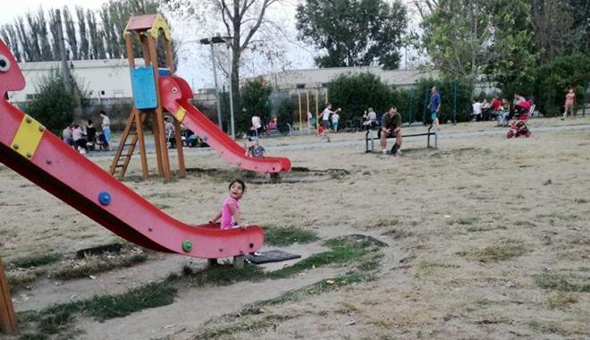 Foto: S-au înfuriat mămicile. Cer Primăriei Constanţa să reabiliteze locurile de joacă din oraş