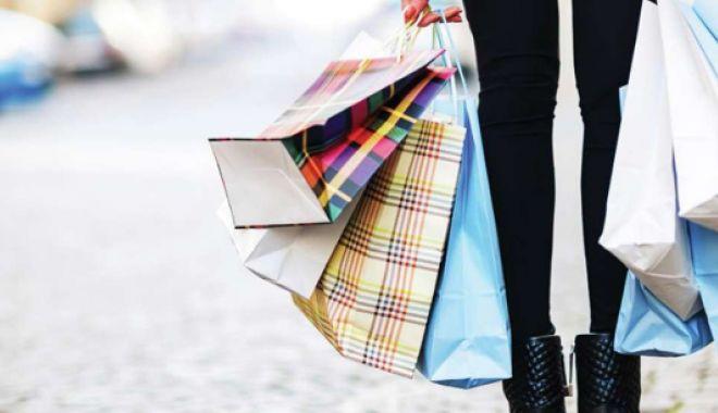 Foto: Parfumuri și cămăși, furate dintr-un centru comercial