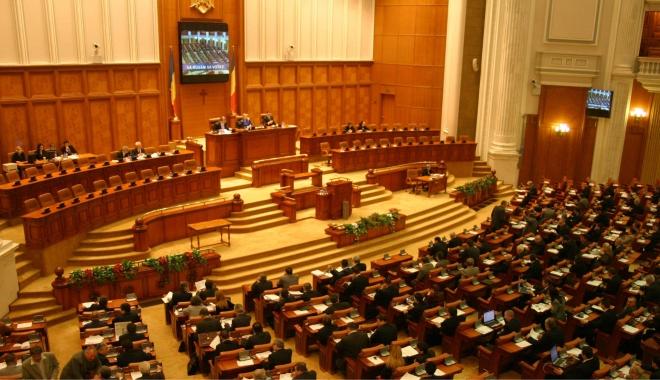 Foto: Moţiunea de cenzură, depusă şi citită în Parlament