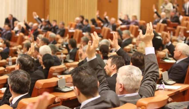 Foto: Parlamentarii şi-au reînceput activitatea