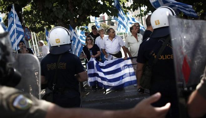 "Foto: Parlamentari greci, aresta�i pentru ""conducerea unei organiza�ii criminale"""