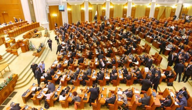 Foto: Parlamentarii şi-au votat pensiile speciale.  Câţi bani vor primi