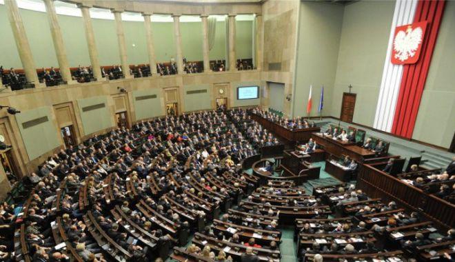 Foto: Sub presiunea populației, parlamentarii își votează reducerea salariilor