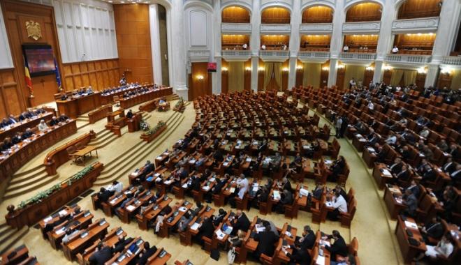 Foto: Parlamentul se reuneşte în şedinţă jubiliară