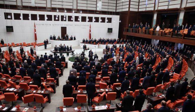 Foto: Parlamentul turc adoptă o lege controversată. Altercaţie  între deputaţi