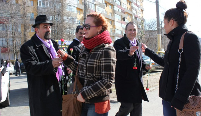 Foto: Constănţencele au primit flori şi mărţişoare de la Partidul Poporului