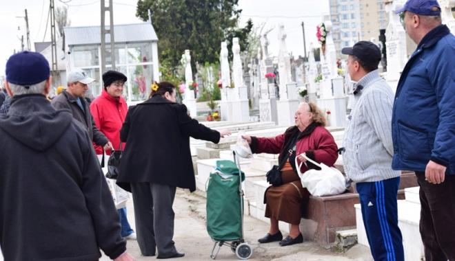 Foto: Haos şi cerşetorie în cimitire. Viii s-au călcat în picioare de Paştele Blajinilor